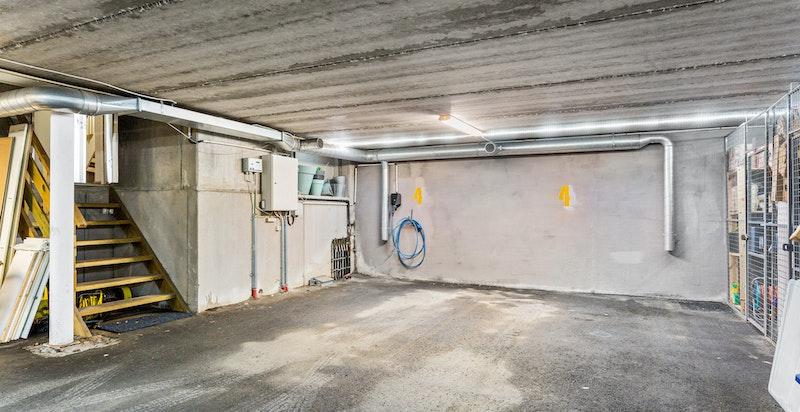 Garasje til 2 biler ved siden av hverandre og bod