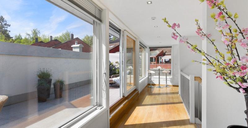 3. etg. tilbyr en stor stue med store vindusflater. Eget mini-kjøkken og utgang til en egen takterrasse