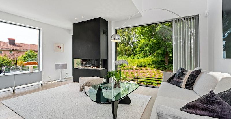 Store glassflater ut mot felles hage og vakkert grøntområde
