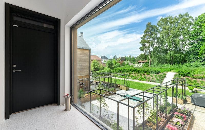 Hall med garderobe og flott utsyn til felles hage og grønt friområde