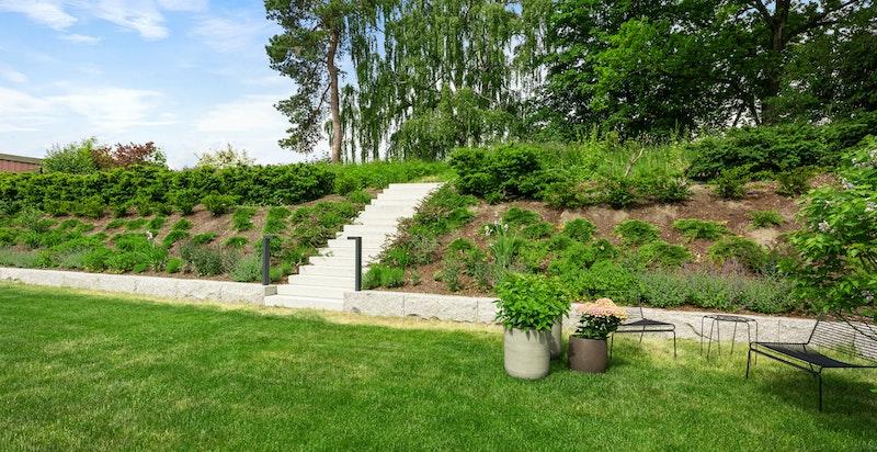 Trapp fra felles hage ut til grønt friområde. To sittegrupper er under etablering på fellesareal