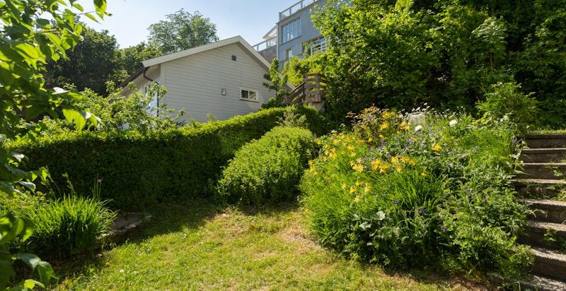 Fra verandaen er det trapper ned til hagen som også var nytt i 2020.