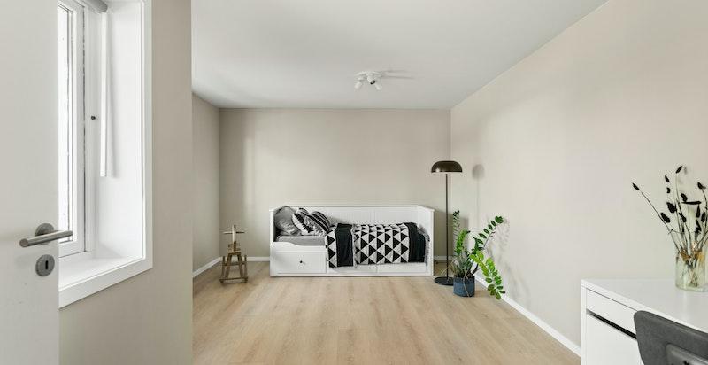 God plass til seng, garderobeskap og øvrig innredning.