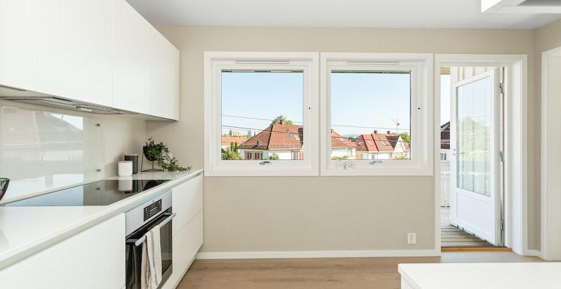 Fra kjøkkenet er det utgang til hyggelig veranda på totalt 20 kvm.
