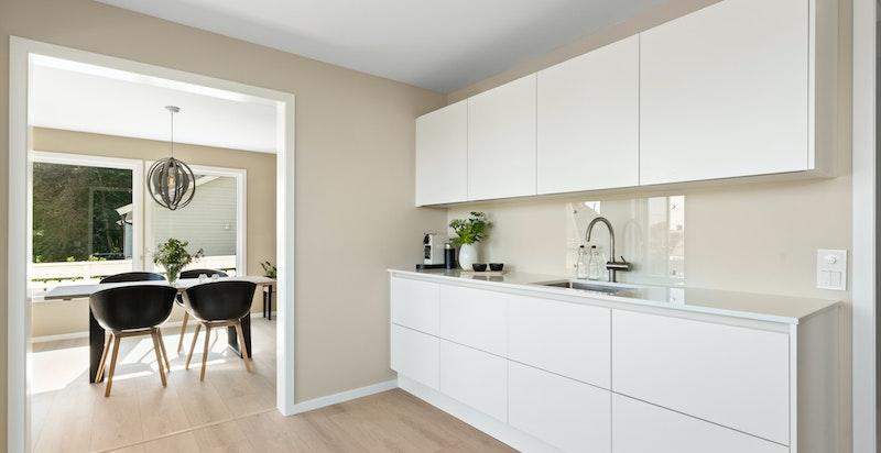 Kjøkkenet ligger i en praktisk løsning mot spisestuen, samtidig som man er skjermet fra resten av stuen.