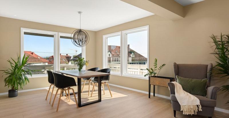Store vinduer som slipper inn rikelig med naturlig sollys og med flott utsikt over nabolaget.