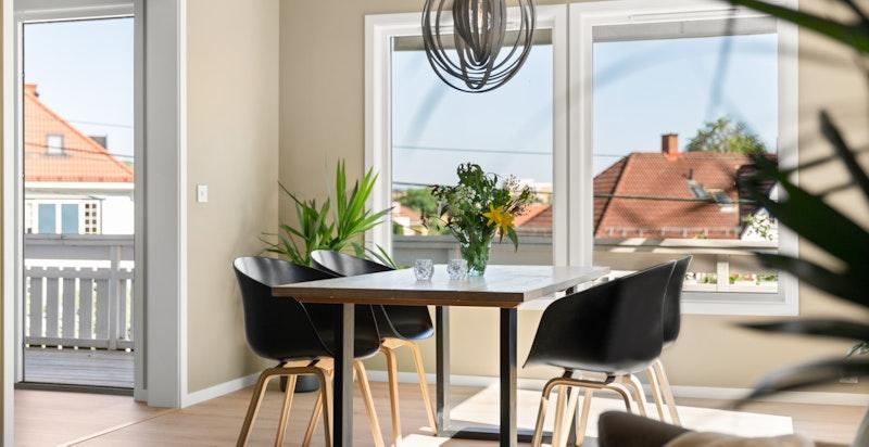 God plass til stort spisebord i tilknytning kjøkkenet - perfekt for lekser eller middagsselskap.
