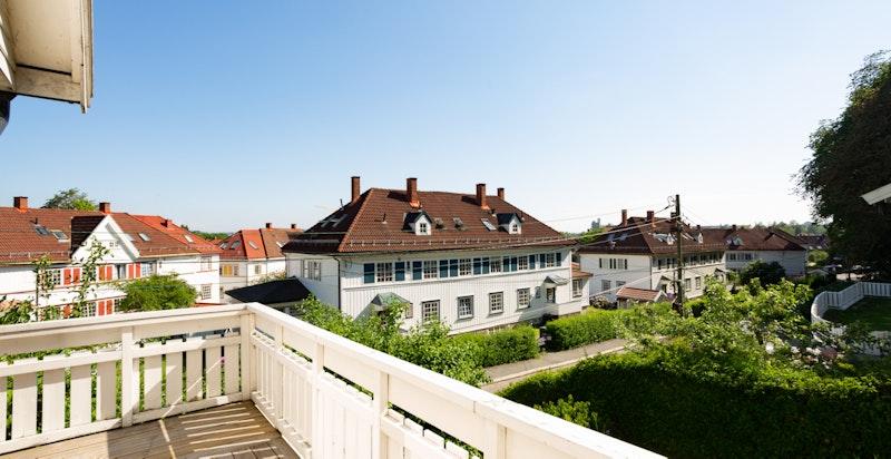Verandaen strekker seg rundt store deler av boligen, med vakker utsikt over Tåsen Hageby.