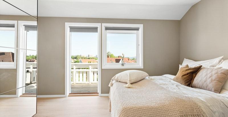 Det er i tillegg praktisk garderobe og utgang til balkong fra hovedsoverommet.