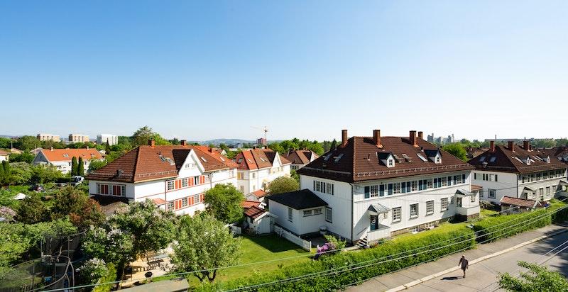 Boligen har fantastisk utsikt over Tåsen Hageby med sjarmerende trehusbebyggelse tegnet av Henning Klouman.