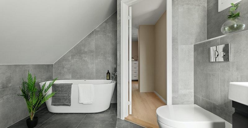 Badet ligger i praktisk tilknytning til begge soverommene i etasjen.