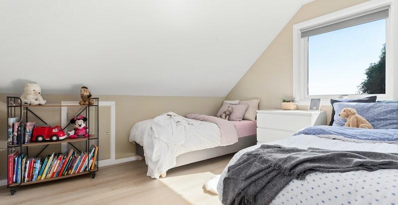 Boligens andre soverom er av god størrelse, og perfekt dersom barna ønsker å dele rom.