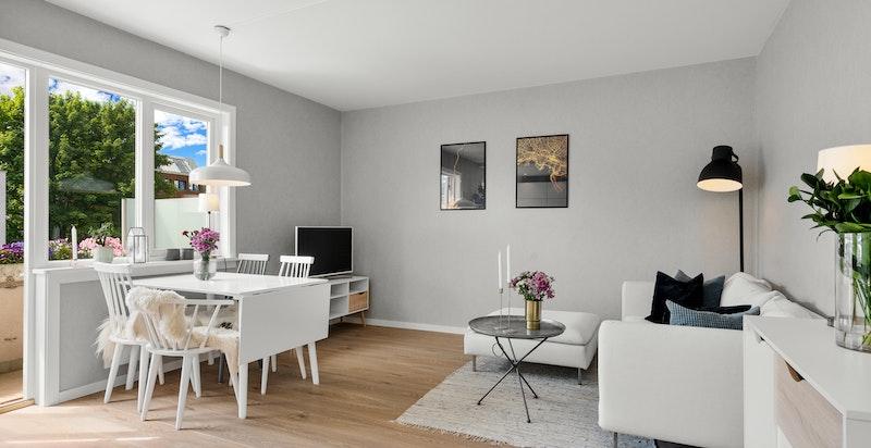 Lys og innredningsvennlig stue med god plass til sofa og spisebord.