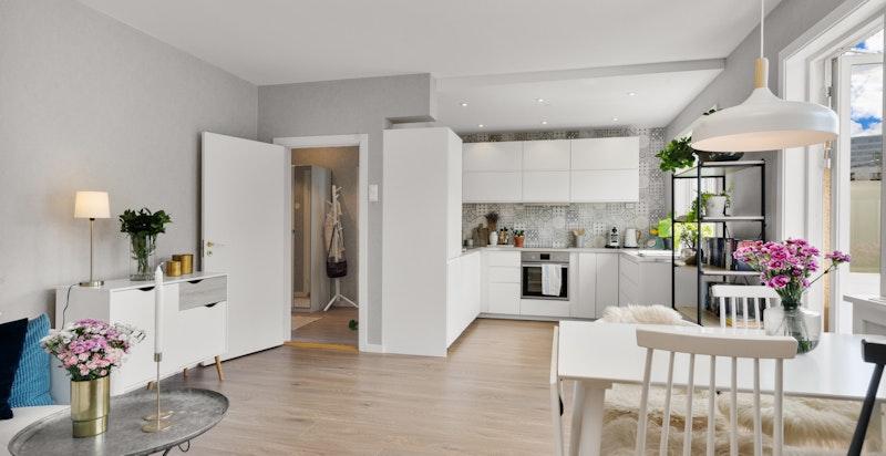 Meget hyggelig oppholdsrom og et moderne kjøkken.