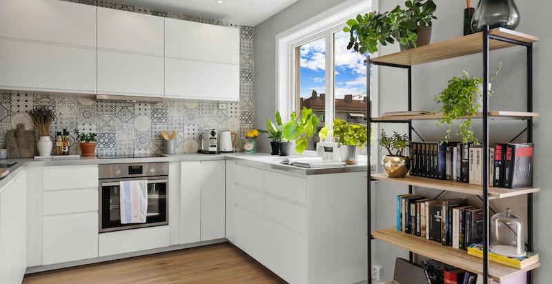 Tidsriktig kjøkken fra IKEA med integrerte hvitevarer.