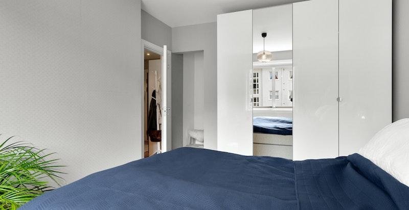 Bak døren er det en praktisk nisje som kan brukes til oppbevaring.