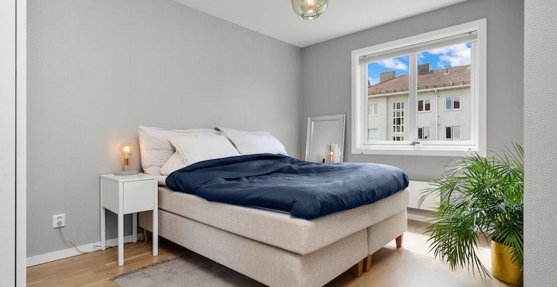 Romslig soverom med god plass til garderobeløsninger.
