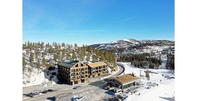 Gaustatoppen Sportell og restaurant Fyrieggen med Skipsfjell i bakgrunnen