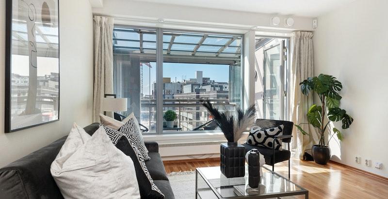Store vindusflater fra stuen mot balkongen og utsikten