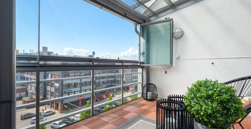 Solrik innglasset balkong (glassene kan skyves til siden) med vid utsikt over nærområdet