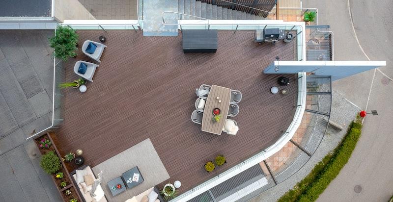 Privat takterrasse på 78 kvm og oppleves svært usjenert - Utearealene er på tilsammen 116 kvm - Her er du garantert sol hele dagen!
