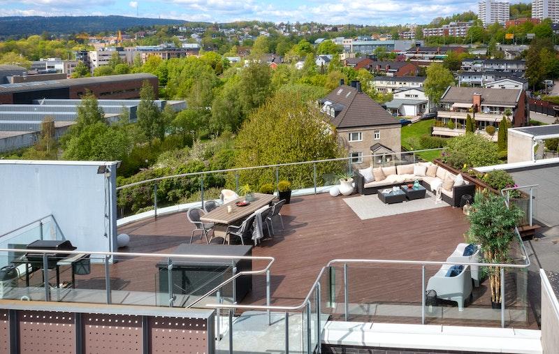 Stor, privat takterrasse på 78 kvm med sol hele dagen - Lite innsyn da leiligheten ligger i front av sameiet