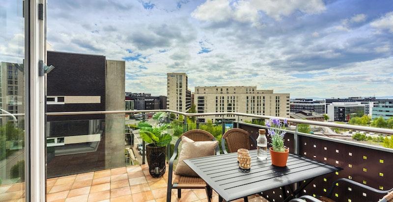 Balkong med utgang fra stuen - Fliser på gulv med varmekabler - Det er også montert varmelampe på terrassen