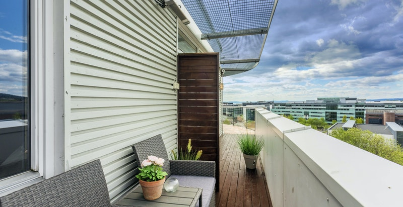 Usjenert balkong med utgang fra kjøkkenet - Det er montert varmelampe i denne sonen
