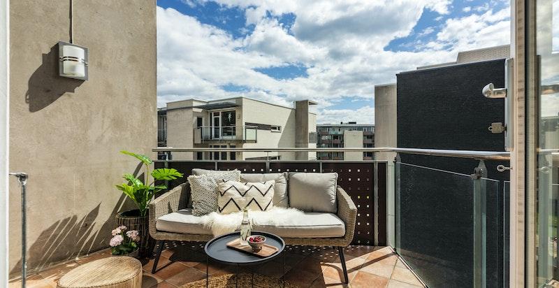 Det er montert heldekkende markise og varmekabler på balkongen