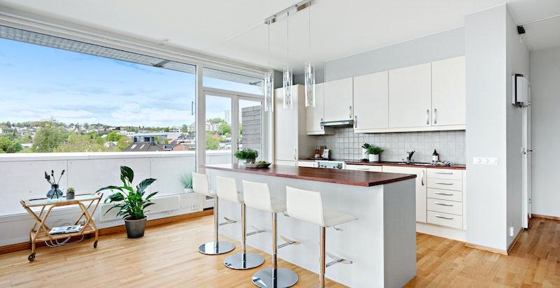 Pent kjøkken hvor det er godt med oppbevaringplass - Kjøkkenøy blir et naturlig skille mellom stuen og kjøkkenet