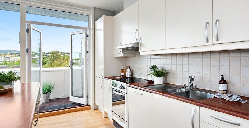 Kjøkken med utgang til balkong
