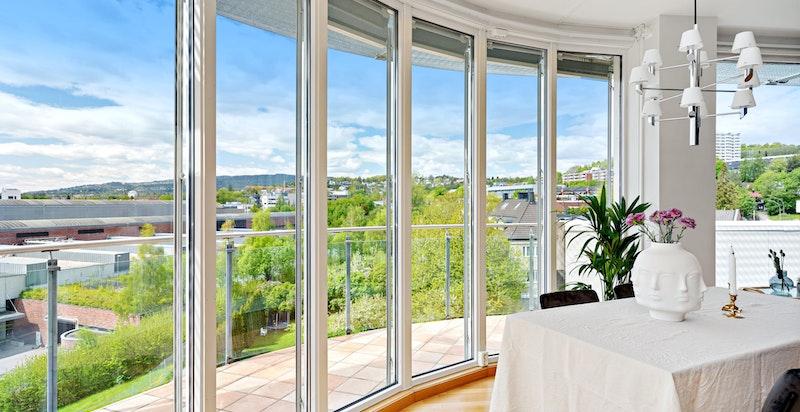 Flott vindusrekke - Balkongen strekker seg rundt hele stuen og er på 29 kvm