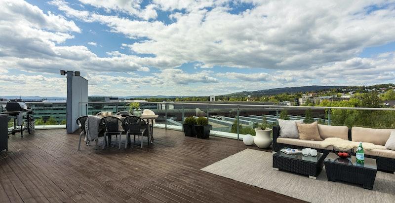 Usjenert og stor takterrasse på 78 kvm - Her er det god plass til flere sittegrupper, solsenger og grill