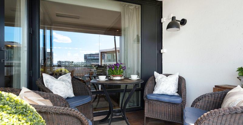 fra den hyggelige, skjermete balkongen/terrassen