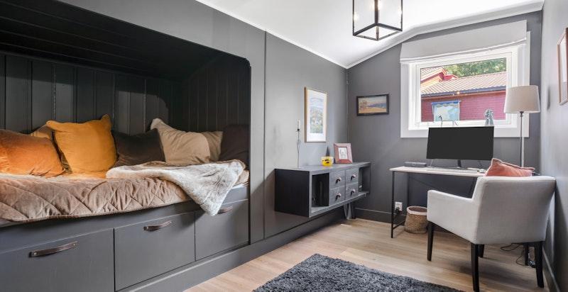 Soverom II har en praktisk løsning med innebygd seng