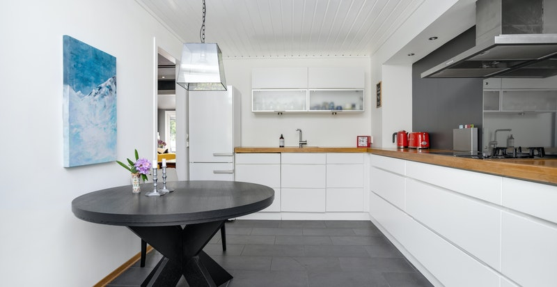 På kjøkkenet er det også plass til et spisebord hvor frokosten kan nytes