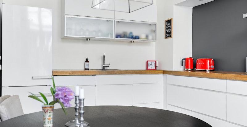 Kjøkkenet er adskilt fra stuen