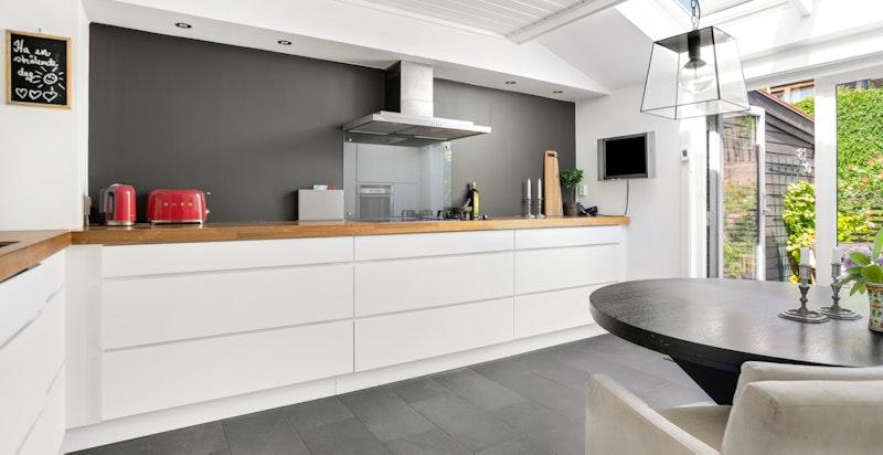 Kjøkkenet er godt utstyrt og byr på mye skap- og benkeplass