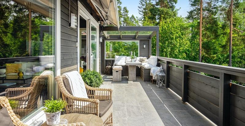 Fra stuen er det utgang til en solrik terrasse