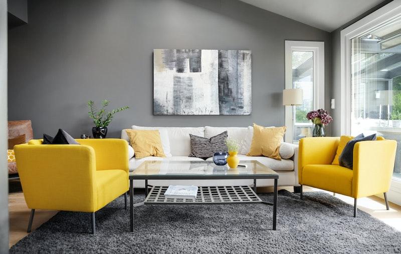 Leiligheten byr på romslig stue med store vindusflater som slipper inn rikelig med lys