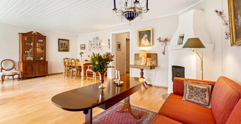 Stuen har peis og plass for flere sosiale soner