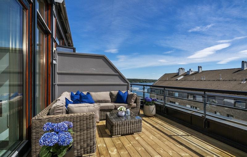 Sydvendt privat takterrasse med nydelig sjøutsikt og meget gode solforhold