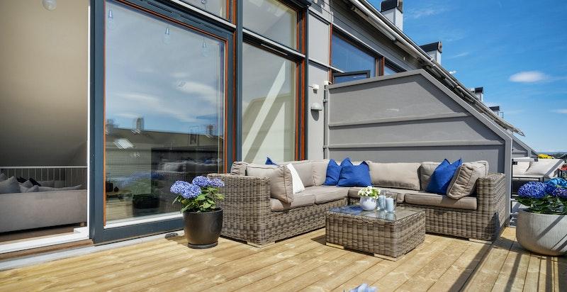 Lysaker Brygge er tegnet av arkitekt Kari Nissen Brodtkorb. Leiligheten har vinduer omtrent fra gulv til tak som gir mye lys mellom takterrassen og loftsstuen