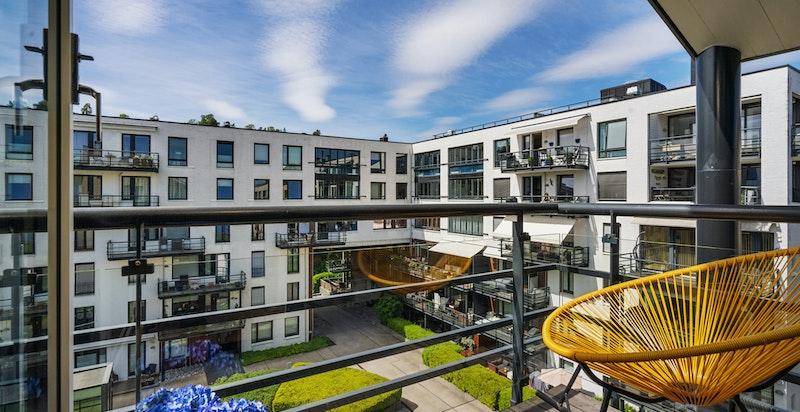 Ut fra stuen i 5. etg. er det en egen balkong med sol fra ca kl 14 til sent på kveldstid i den lyseste delen av året