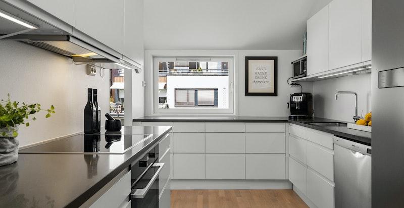 Sigdal kjøkken med rikelig med benkeplass og lagringsplass