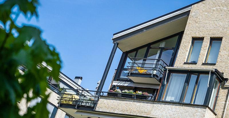 Balkong og stue sett fra utsiden