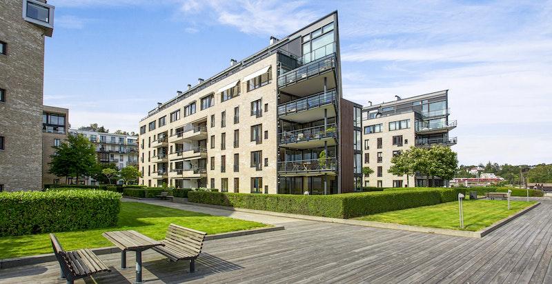 Lysaker Brygge har rikelig med grøntarealer/fellesarealer mellom bygningene og sjøen