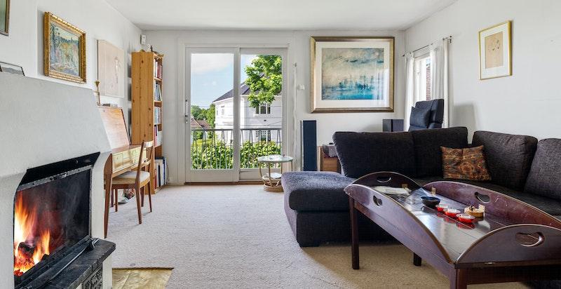 Stue med peis og fransk balkong - Flott utsikt ned mot byen