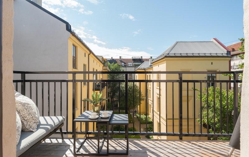 Solrik og fin balkong mot rolig bakgård