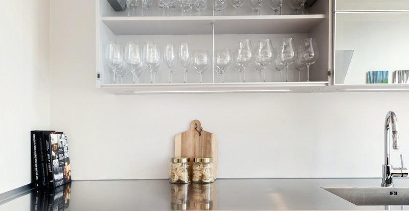Meget godt utstyrt kjøkken med diverse integrerte hvitevarer